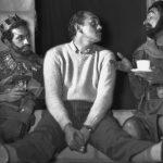"""Tres grandes figuras del Teatro Nacional reunidos en 1955 en un ensayo de """"Los Caballeros"""" de Aristófanes. Ricardo Roca Rey al centro, acompañado de sus actores Ricardo Blume y Luis Álvarez."""