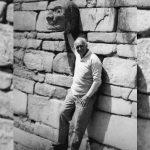 Recorriendo Chavín de Huántar durante su gestión en el Instituto Nacional de Cultura (INC) en 1980.
