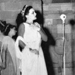 """""""El Gran Teatro del Mundo"""" en 1951 en el atrio de la Catedral de Lima. Elvira Travesí en el papel de la Hermosura y a la izquierda las Tres Gracias, representadas por Baty Cisneros, Mocha Graña y Chabuca Granda."""